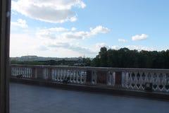 Sikten från fönstret till balkongen mikhailovsky slott St Petersburg arkivbilder