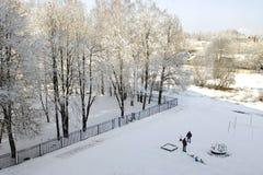Sikten från fönstret till gården i vinter Arkivbilder