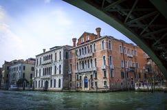 Sikten från fartyget på byggnaden av den Giudecca kanalen Venedig Arkivfoton