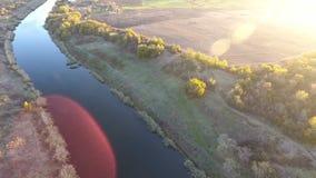 Sikten från höjden på järnvägbron och floden, järnvägsbron och natur stock video