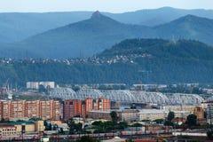 Sikten från höjderna av staden och den Stolby naturfristaden i Krasnoyarsk, Ryssland royaltyfri fotografi