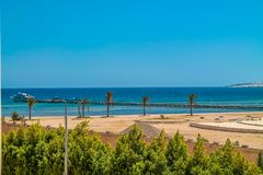 Sikten från hotellfönstret till Röda havet, stranden och marina under den blåa himlen arkivfoto