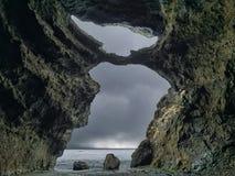 Sikten från insidan av en grotta till havet royaltyfri bild