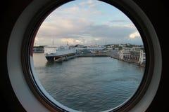 Sikten från kabinen till och med hyttventilen av den turist- färjan Royaltyfria Bilder