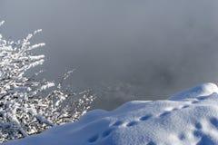 Sikten från klippan av berget till jordningen långt under royaltyfria foton