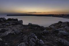 Sikten från klippan vaggar på solnedgången i Portugal arkivbilder