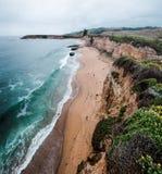 Sikten från klipporna ovanför den fyra mil stranden royaltyfri bild