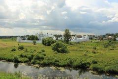 Sikten från Kreml till den Pokrovsky kloster i Suzdal Arkivbilder