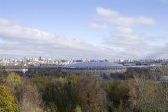 Sikten från observationsdäcket på sparvkullarna till Moskva Arkivbilder