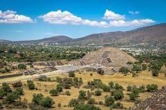 Sikten från ovannämnt av den döda aveny- och månepyramiden på Teotihuacan fördärvar - Mexico - staden, Mexico Arkivbilder