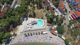 Sikten från ovannämnt av den sandiga stranden med gömma i handflatan och handdukar, den Solta ön, Kroatien stock video
