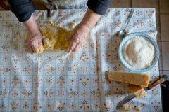 Sikten från ovannämnt av det gamla italienska hemmet för danande för dam` s gjorde italiensk pasta Arkivfoto