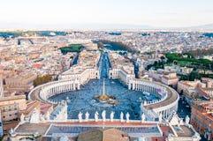Sikten från ovannämnt på berömda Stets Peter fyrkant, piazza San Pietro är en stor plaza som direkt framme lokaliseras av St Pete arkivbild