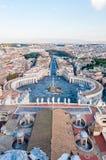 Sikten från ovannämnt på berömda Stets Peter fyrkant, piazza San Pietro är en stor plaza som direkt framme lokaliseras av St Pete arkivfoton