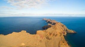 Sikten från Ponta gör Furado - Cais di Sardinha, Baia D ` Abra - som fotvandrar slingan på den mest östliga punkten av madeiran - Arkivbilder