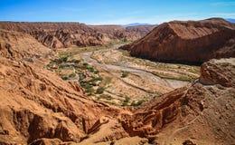 Sikten från Pukarà ¡ de Quitor fördärvar över en dal under, den Atacama öknen, nordliga Chile Royaltyfri Foto