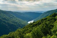 Sikten från Raven Rock i tunnbindare vaggar den statliga skogen WV arkivfoto