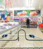 Sikten från spårvagnen för shoppingvagnen på supermarket shoppar detaljhandel royaltyfria foton