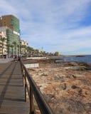Sikten från Torrevieja, Spanien, där kan du se havet, promenaden bredvid havet, många restauranger, byggnader och någon pe Arkivbild