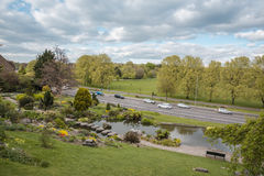 Sikten från vaggar trädgårdar in mot Preston Park på en solig dag Royaltyfria Foton