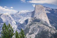 Sikten in mot halv kupol, snöar korkade berg i bakgrunden, den Yosemite nationalparken, Kalifornien Arkivbild