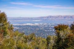 Sikten in mot södra San Francisco Bay, det Rancho San Antonio länet parkerar, Kalifornien arkivbilder