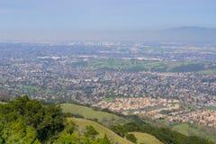 Sikten in mot San Jose från kullarna av det Almaden kvicksilverlänet parkerar, söder San Francisco Bay, Kalifornien arkivfoton