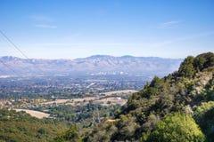 Sikten in mot San Jose från Rancho San Antonio parkerar, södra San Francisco Bay område, Kalifornien royaltyfria bilder