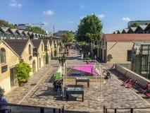 Sikten ner raden av shoppar och kaféer i den Bercy byn, Paris, Frankrike Royaltyfri Fotografi