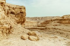 Sikten på ökenberg, vaggar och himmel nära det döda havet i Israel fotografering för bildbyråer