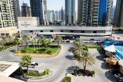 Sikten på byggnader av den Dubai staden Arkivbild