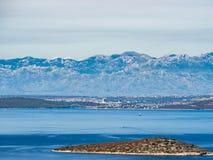 Sikten på de Velebit mountiesna spänner, Kroatienfastlandet, från öar i medelhavet Arkivbild