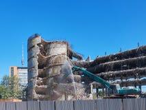 Sikten på deconstruction arbetar vid den tunga pneumatiska krangrävskopan med special utrustning Byggnader och industriell jagare royaltyfri foto