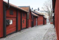 Sikten på den gamla historiska trägatan i den Vasteras staden Royaltyfri Bild