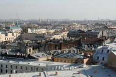 Sikten på den historiska mitten av St Petersburg från taket av helgonet Isaak Cathedral i den soliga vinterdagen arkivbilder