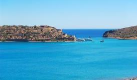 Sikten på den Spinalonga ön Arkivfoton