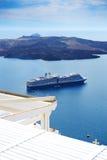 Sikten på det Aegean havet och kryssningskeppet Fotografering för Bildbyråer