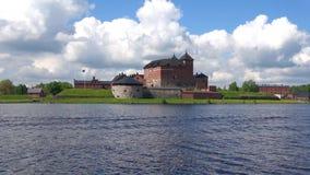 Sikten på det gamla fästning-fängelset på en solig juni dag Hameenlinna Finland stock video