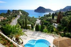 Sikten på en fjärd och en strand, Korfu Royaltyfri Bild