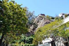 Sikten på en härlig byggnad placerade höjdpunkt upp på stenkullen trees för sky för blå green för bakgrund francisco san Arkivbilder