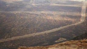 Sikten på en plan och rak väg i öknen från höjden lager videofilmer
