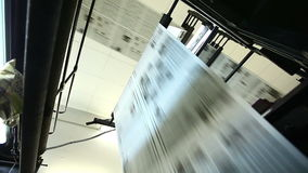 Sikten på enorm press shoppar typografimaskinen stock video