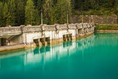 Sikten på fördämningen för diga di santa caterinavatten med azurer gör klar vatten fotografering för bildbyråer