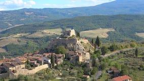 Sikten på fördärvar av en medeltida fästning, Castiglione D 'Orcia italy tuscany arkivfilmer