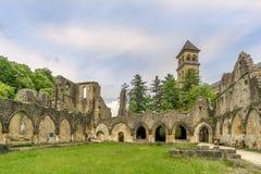 Sikten på fördärvar av Villers den devant Orval kloster i Belgien royaltyfri foto