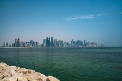 Sikten på finansiell mitt av Doha från den västra fjärden fotografering för bildbyråer