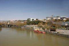 Sikten på floden Kura, presidents- administration och parkerar av Royaltyfria Foton
