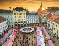 Sikten på jul marknadsför på den huvudsakliga fyrkanten i Bratislava, Slovakien Fotografering för Bildbyråer