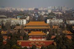 Sikten på Jutaposition av tempel och moderna byggnader som ses från Jingshan, parkerar kullen, Peking, Kina Royaltyfri Fotografi