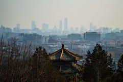 Sikten på Jutaposition av tempel och moderna byggnader som ses från Jingshan, parkerar kullen, Peking, Kina Arkivfoton